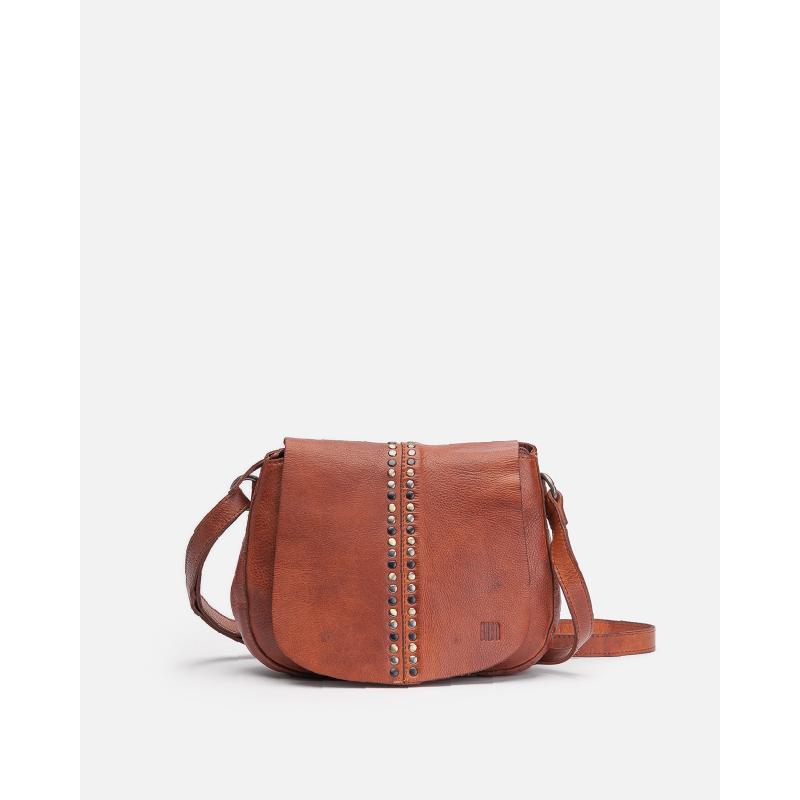 Colección de bolsos con formas redondas y tachuelas. Bolso pequeño con cierre de cremallera y solapa, bandolera regulable y extraíble y múltiples bolsillos.