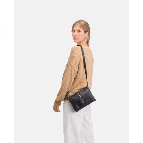Colección de bolsos pequeños con tachuelas. Bolso con cierre de cremallera y solapa, bandolera regulable y múltiples bolsillos en el interior.